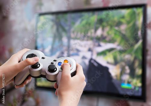 Игра в видео игру с контроллером в руках Poster