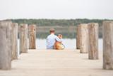 Fototapety Junge umarmt seinen Hund