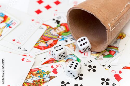 Poster Würfel mit Würfelbecher auf Spielkarten