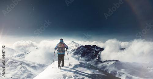 wanderer auf schneebedeckten gipfel Poster