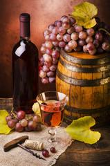 botte di vino con uva ambientazione vintage