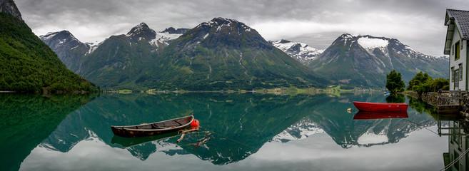Fototapeta łódki na górskim jeziorze - panora,a