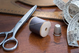 Sewing accessories on a wooden table - Strumenti per sartoria su tavolo in legno