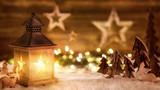 Fototapety Weihnachtliche Szene aus Holz im Laternenlicht