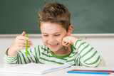 Fototapety Kleines Kind hat Spass in der Schule