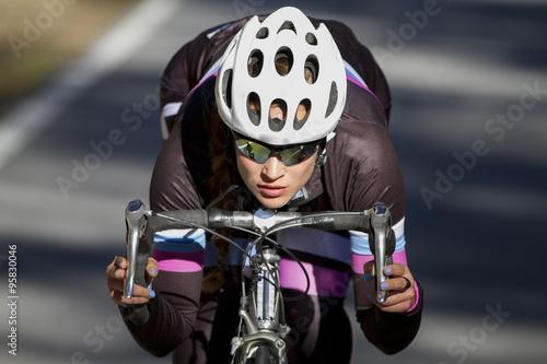 Ciclista profesional descendiendo en bicicleta Poster