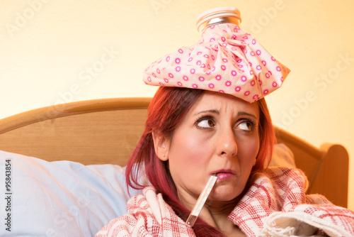 Ragazza triste a letto con la febbre Poster