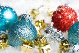 Weihnachtskugeln mit Geschenken im Schnee