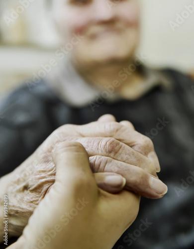 Poster Altenpflegerin hält Hand einer Seniorin