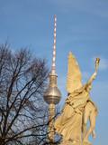 Skulptur Nike trägt den gefallenen Helden zum Olymp
