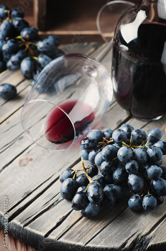 Fresh grape and red wine on the vintage table плакат