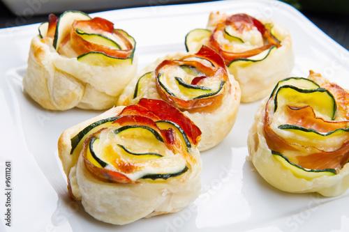 Zdjęcia na płótnie, fototapety, obrazy : roses puff pastry with zucchini and bacon