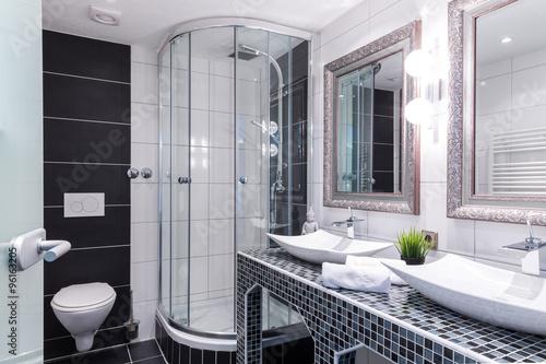 Modernes badezimmer mit doppelwaschtisch dusche und wc for Badezimmer set doppelwaschtisch