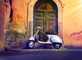 Motorroller Roller nachts vor Haustür Italien – Italian Scooter in a front of a door