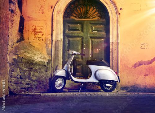 Fotobehang Scooter Motorroller Roller nachts vor Haustür Italien – Italian Scooter in a front of a door