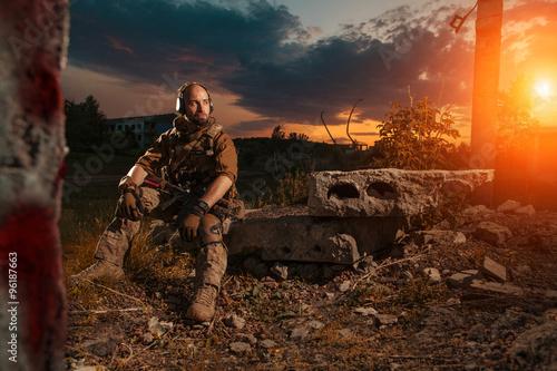amerykanski-zolnierz-z-karabinem-m4-odpoczywa