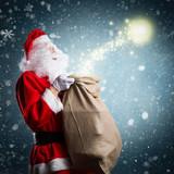 Weihnachtsmann mit Weihnachtsmagie im Schneetreiben