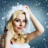 attraktive Miss Santa im Schneetreiben