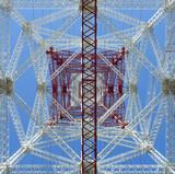 Geometrías bajo torre de alta tensión.