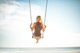Junge Frau Schaukel am Meer im Urlaub 10 - 96234483