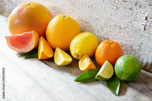 Leinwanddruck Bild Südfrüchte/Zitrusfrüchte auf Holz mit Copy space