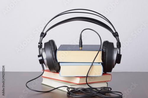 Hörbücher gestapelt mit Kopfhörer Poster