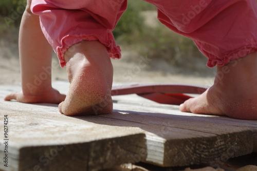Pieds enfant sur terrasse bois fotos de archivo e im genes libres de derechos en - Foto terrasse bois ...