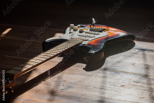 Poster Electric guitar on wooden background