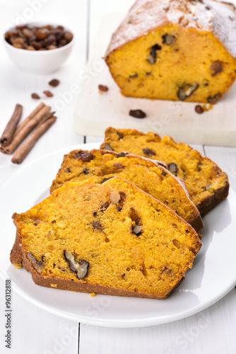 Sliced pumpkin bread © voltan