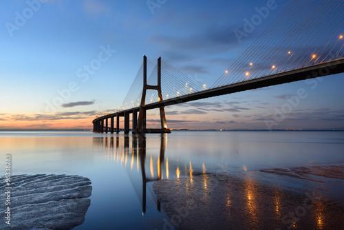 Obraz na Plexi Ponte Vasco da Gama ao anoitecer com iluminação.