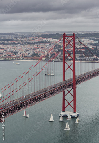 25-de-abril-bridge-w-lissabon-portugalia