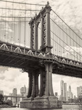Black and white view of the Manhattan bridge in New York