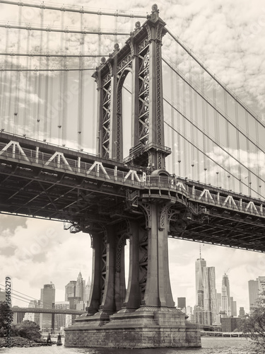 Black and white view of the Manhattan bridge in New York - 96465279