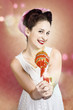 Detaily fotografie Sweet as sugar lollipop pinup woman offering candy
