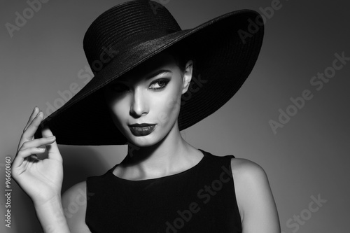 Fototapety, obrazy : Black and white portrait of elegant woman