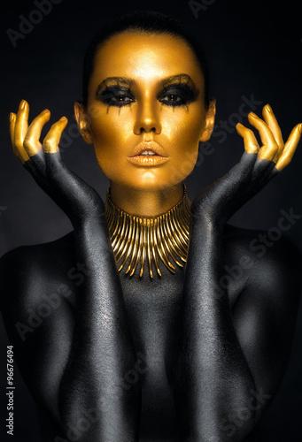 Beau portrait de femme en or et noir couleurs Poster