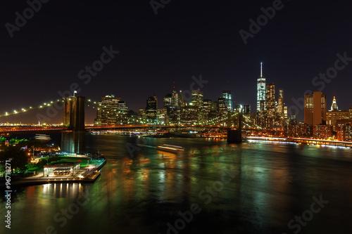Poster Skyline von Lower Manhattan, New York City, bei Nacht