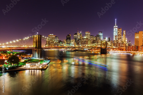 Poster Skyline von Lower Manhattan, New York City, bei Nacht