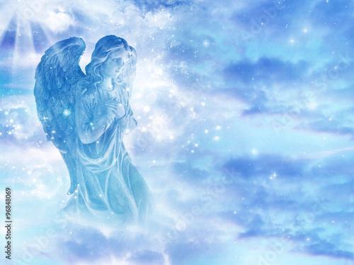 mistyczny-aniol-na-niebie