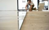 Fliesenleger arbeitet in einem Neubau  - 96997234