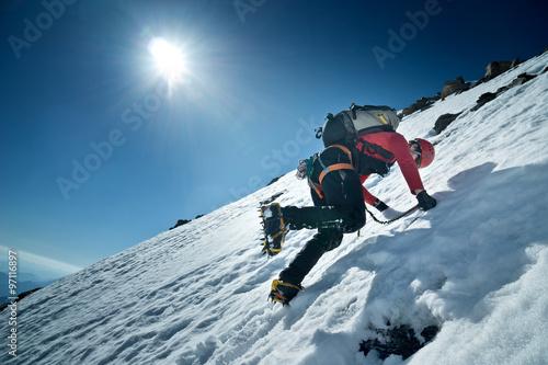 Poster Bergsteiger klettert die Nordwand des Fuscherkarkopf, Österreich