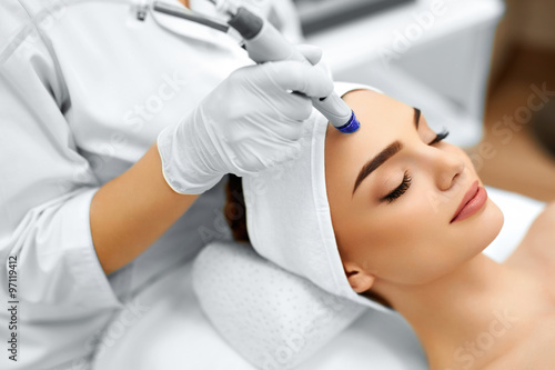 Leinwandbild Motiv Face Skin Care. Close-up Of Woman Getting Facial Hydro Microdermabrasion Peeling Treatment At Cosmetic Beauty Spa Clinic. Hydra Vacuum Cleaner. Exfoliation, Rejuvenation And Hydratation. Cosmetology.