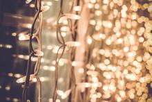 Jasne wspaniałe piękne Boże Narodzenie światła na okno w
