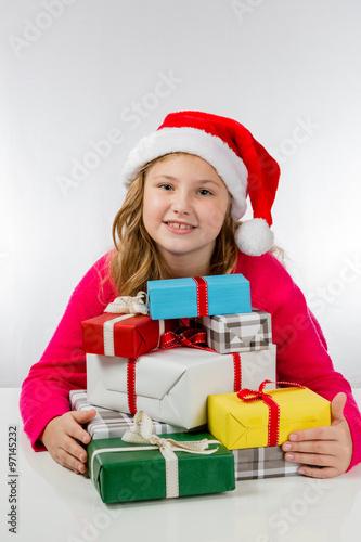 m dchen freut sich ber weihnachtsgeschenke. Black Bedroom Furniture Sets. Home Design Ideas