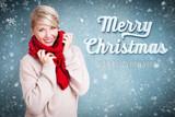attraktive lächelnde Frau in warmer Kleidung mit Merry Christmas Gruß