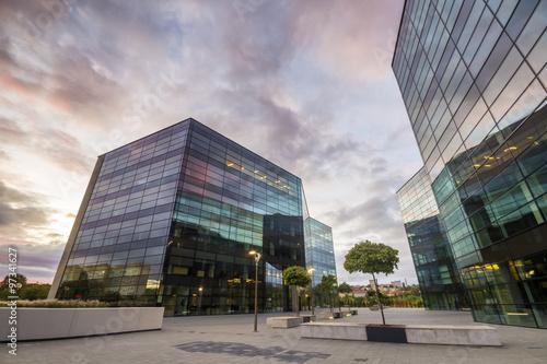 Nowoczesne budynki biurowe ze szkła i metalu