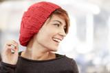 Ritratto di una bella ragazza sorridente che indossa una cuffietta rossa