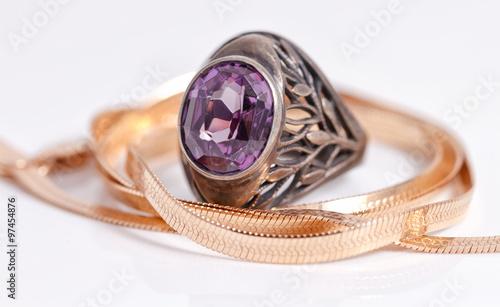 Złoty łańcuszek w wężowej siateczce i srebrny pierścionek z rubinem