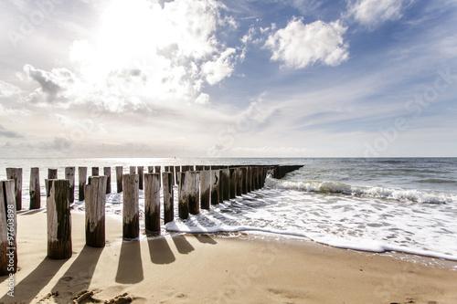 Wellenbrecher am Niederländischen Nordseestrand im Licht der tiefstehenden Sonne mit langen Schatten und schöner Meeresbrandung - 97603898