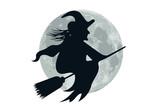 befana sulla scopa con luna di sfondo